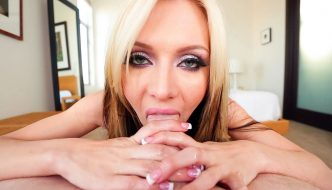 Blonde bombshell Jeanie Marie extracts cum from a cock
